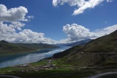 Yamdrok See mit Himalaya im Hintergrund.
