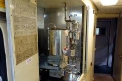 Ist nur der Samowar/Wasserkocher im Zugabteil, aber McGyver kann damit so jede Chemiefabrik ersetzen.