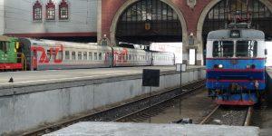 Zug vor der Abfahrt am Kasaner Bahnhof in Moskau