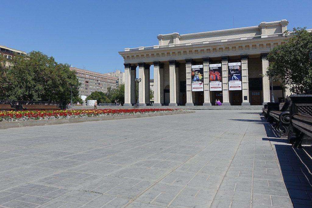 Der Opernplatz ist ein sehr beliebtes Hintergrund-Motiv für Brautmode und wanna-be Playmates jeder Art.