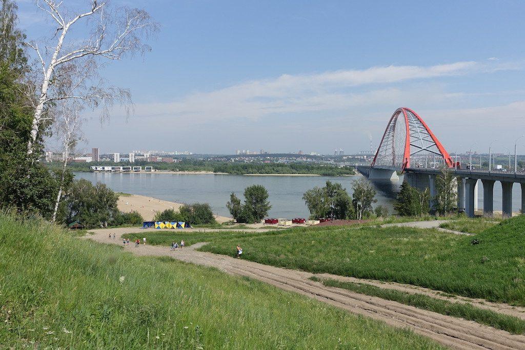 In der Millionen-Metropole. Netter Kontrast zum grün die Bugrinsky-Brücke.