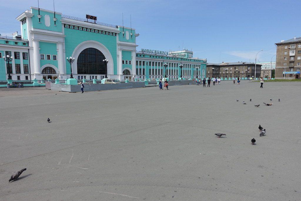 Mint-grün ist eine häufige Farbe russischer Bahnhofsgebäude. Hier Nowosibirsk.
