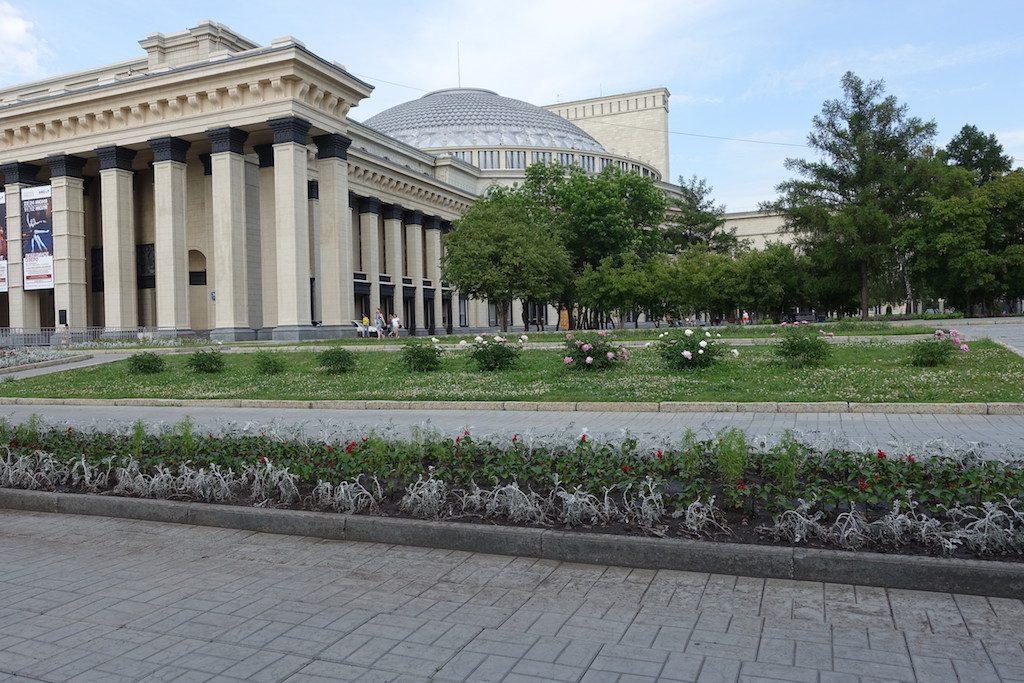 Ganz tolle Kuppel der Oper. Noch besser der angeschlossene Park, auch wieder wie der Vorplatz Shooting Hotspot, aber man kann zum Gucken schattig sitzen.