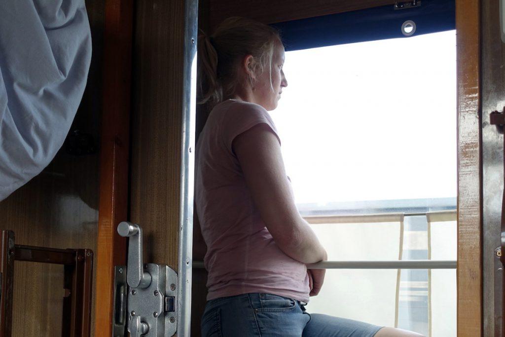 Bei über 35°C hält man es im Abteil der Transsib kaum aus, man trifft sich beim Gang auf den Gang.