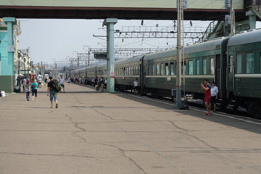 Zwischenstop und Eis-Kaufen in Ulan-Ude. Transmongolische Eisenbahn.