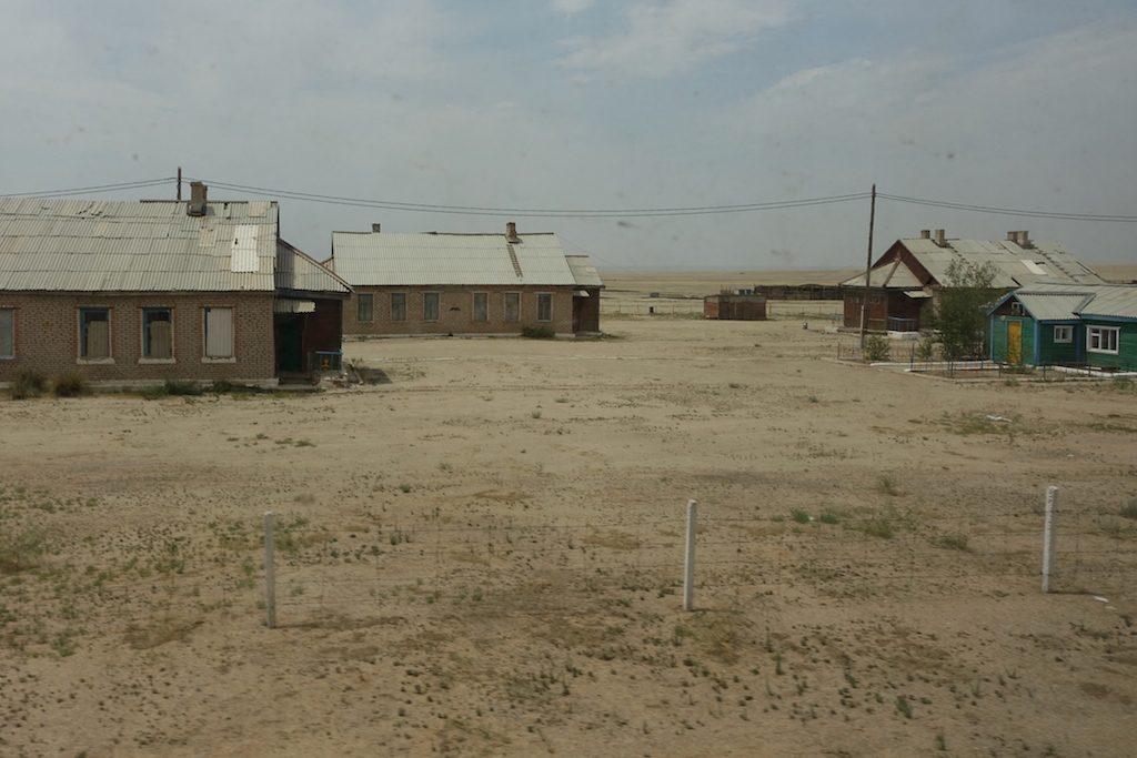 Es gibt auch immer wieder, bis auf den Bahnhofswärter, verlassene Bahnhöfe mit kleinen Siedlungen.