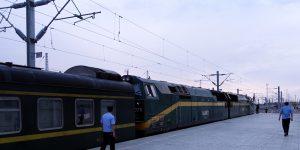 Die Doppel-Diesellok für die Hochgebirgsstrecke wird angedockt.