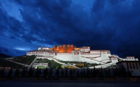 Der Potala Palast bei Nacht.
