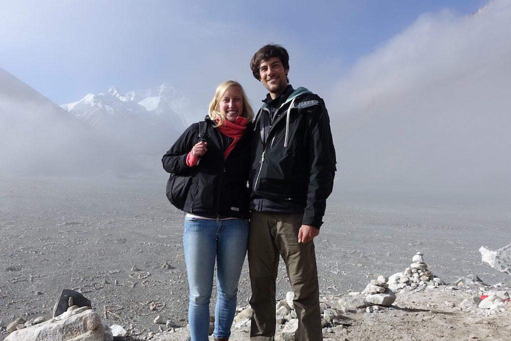 Doch wieder Wolken als wir beide morgens am Everest Base Camp stehen.
