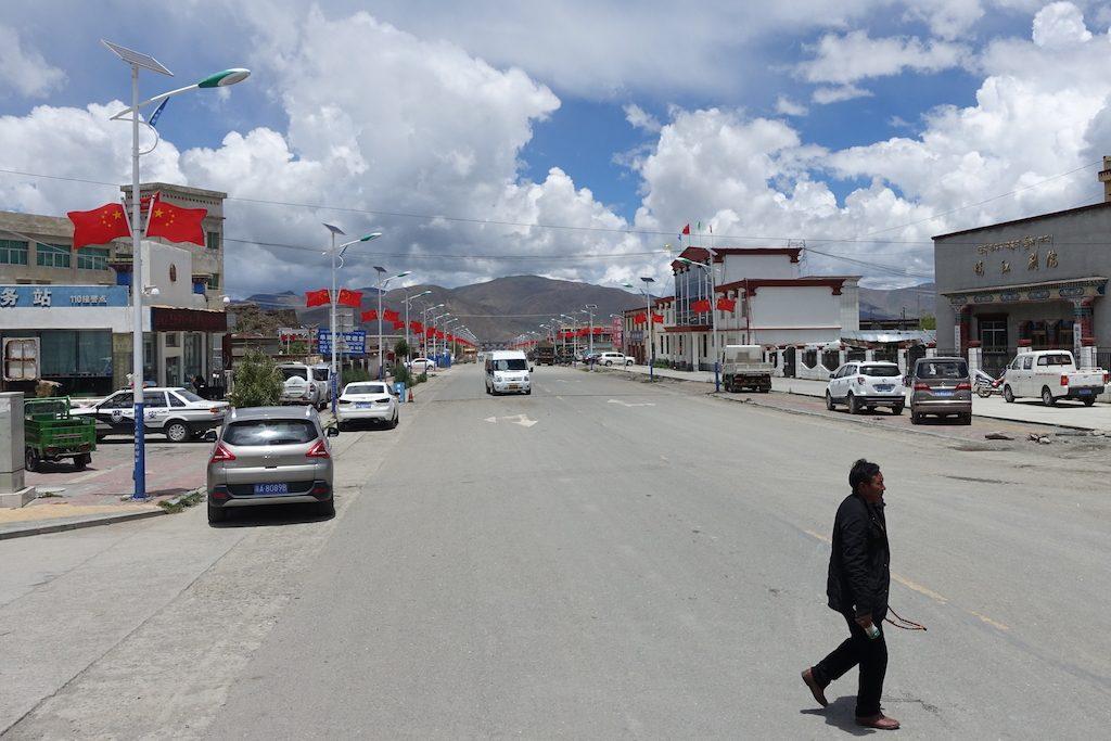 Nirgends so viele chinesische Flaggen wie in Tibet - wirklich nicht komisch :/