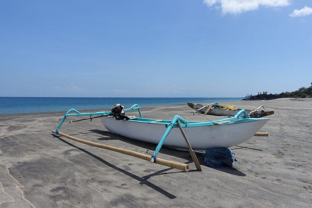 Anderer Strand südlich von Senggigi mit etwas dunklerem Sand.