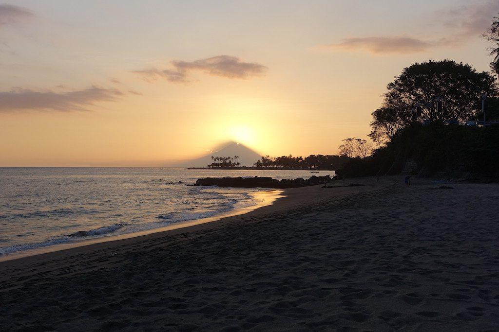 Sonnenuntergang hinter dem Vulkan Agung auf Bali von Lombok aus gesehen.