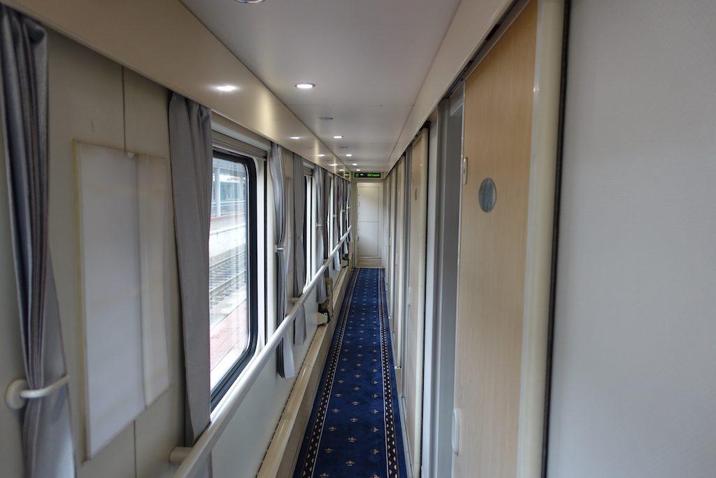 Von Ulaanbaatar aus nach Peking wird der Zug wieder moderner. In chinesischen Zügen wird es allerdings mit der Sauberkeit nicht so genau genommen, gerade die Waschräume und Toiletten verranzen während der Fahrt ziemlich.