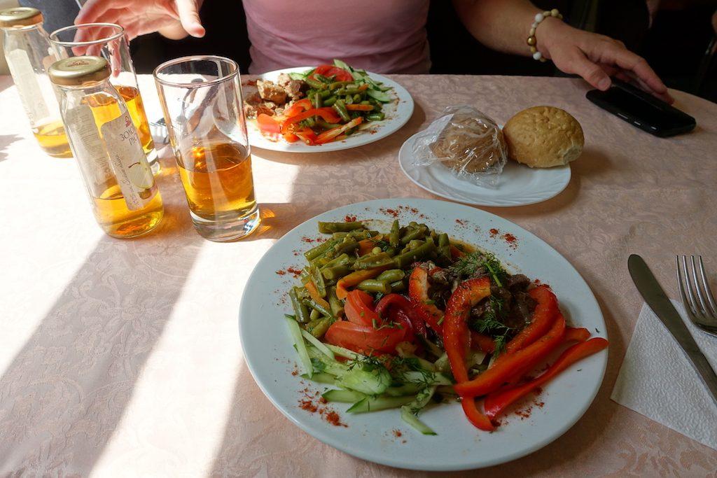 Essen im russischen Speisewagen. Manchmal im Ticketpreis bereits inbegriffen.