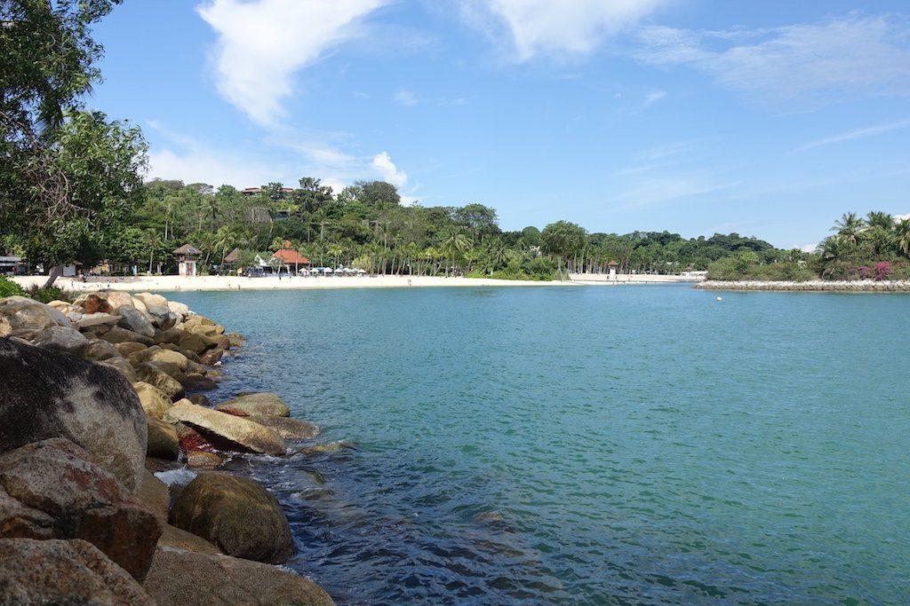 In der künstlich angelegten Bucht am künstlich angelegten Strand kann man trotzdem ganz gut schwimmen.