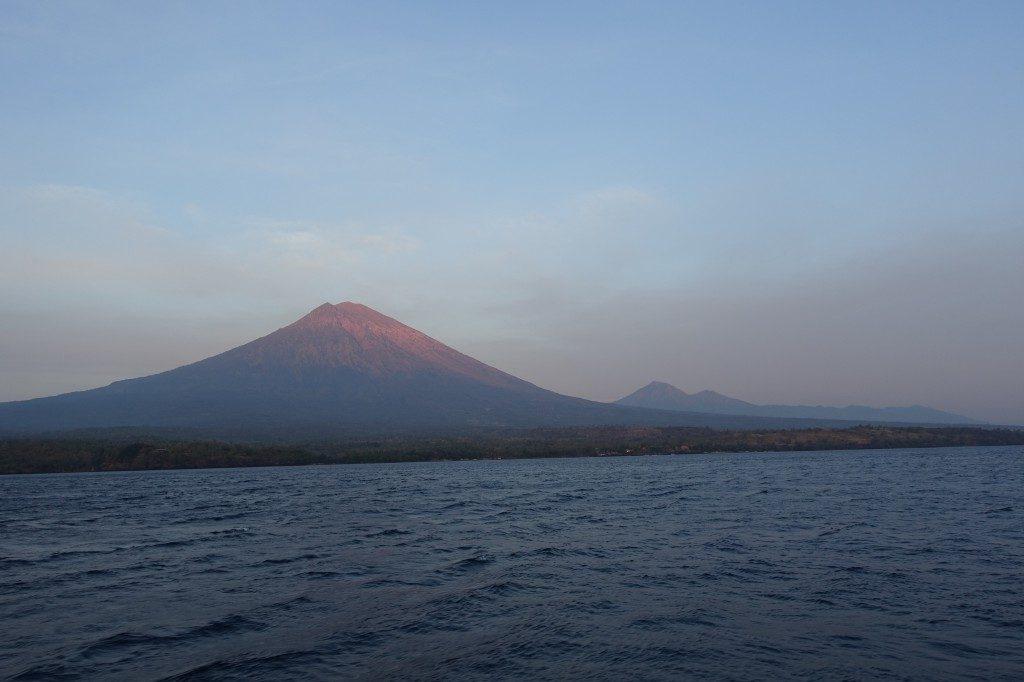 Der Agung auf Bali sieht zum Sonnenaufgang vom Wasser auch ziemlich beeindruckend aus.