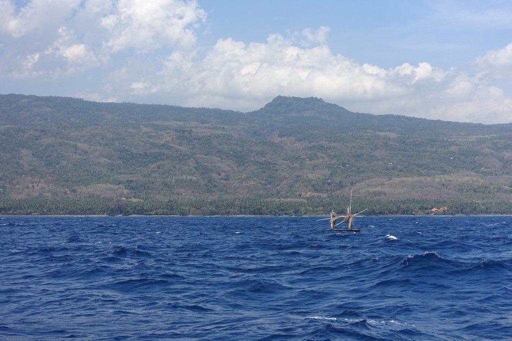 Überall schwimmen in Indonesien FADs rum (fisch-attraction-devices), die von den Fischern ausgebracht werden und Fische anlocken sollen. Gerade nachts sind die unbeleuchteten Dinger ein Spass.