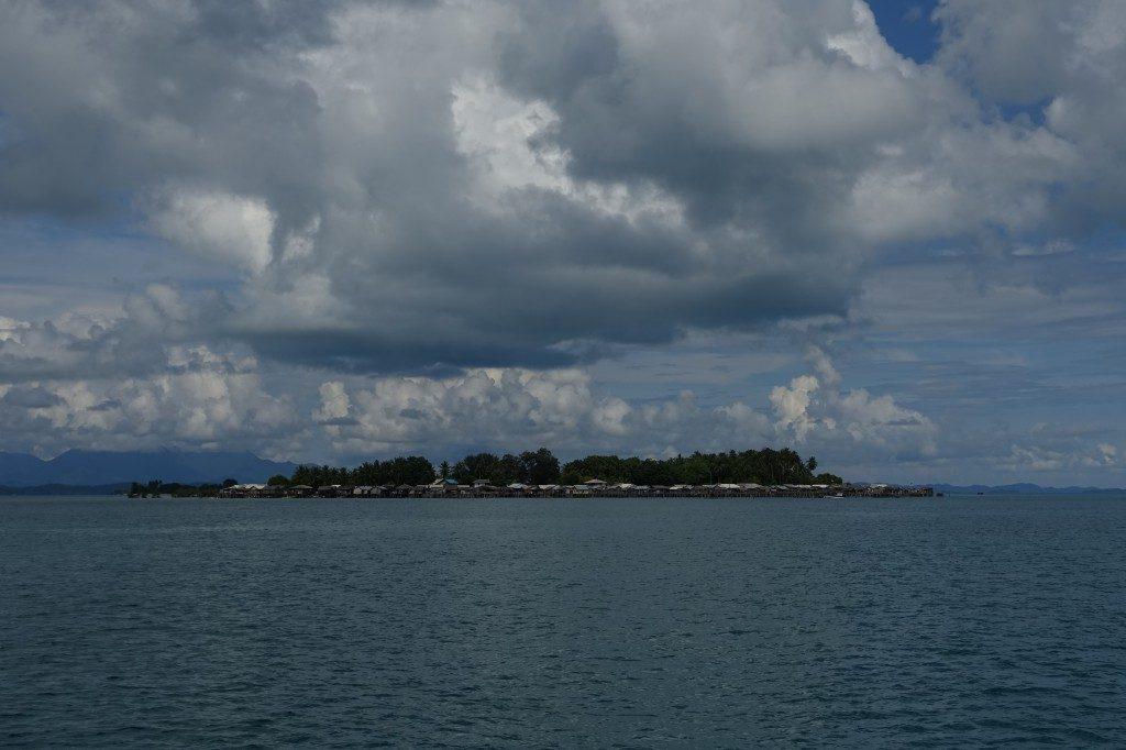 Kentar Island mit seinen Pfahlbauten.