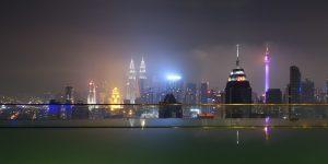 Blick vom Dach mit Infinity Pool auf Kuala Lumpur mit den Petronas Towers