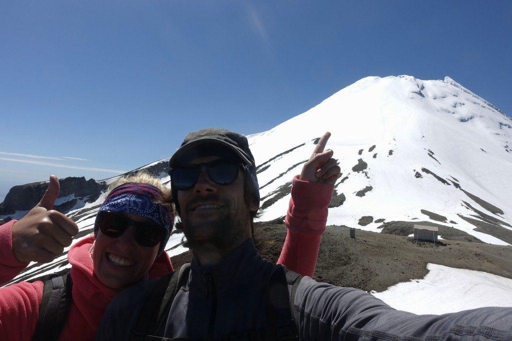 Am Gipfel des Fanthams Peak mit Blick auf den Mount Taranaki, der angeblich Neuseelands gefährlichster Gipfel ist.