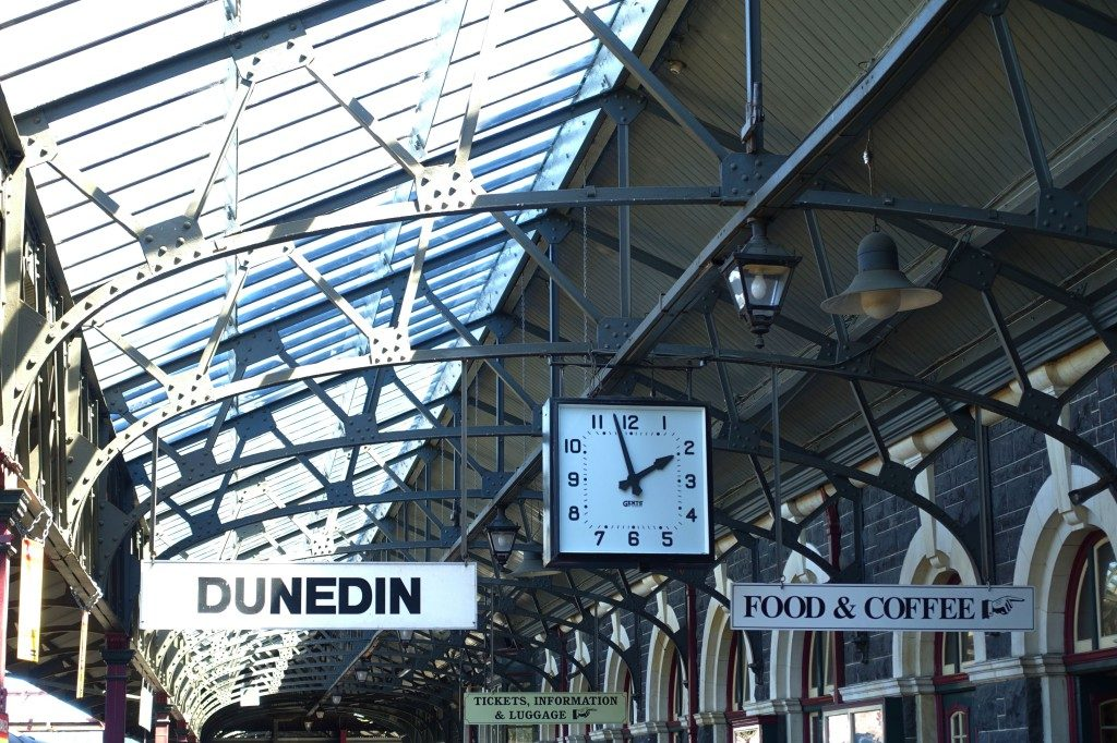 Dunedin Bahnhof - da schlägt das Eisenbahn-Herz von Jean doch gleich höher!