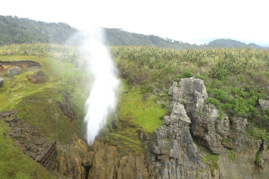 Das Wasser wird an den Pancake Rocks (wegen der Schichtung wie Pancakes) bei starken Wellen durch einen Kamin nach oben gepustet.