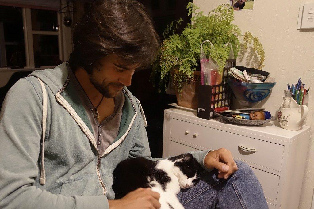 Ganz alleine war nicht ganz korrekt. Die Katze Fuzzow wurde zurücklassen und hat in Jean gleich einen neuen Kumpel gefunden.