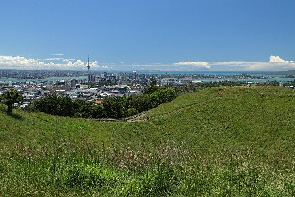 Blick von Mount Eden auf Auckland.