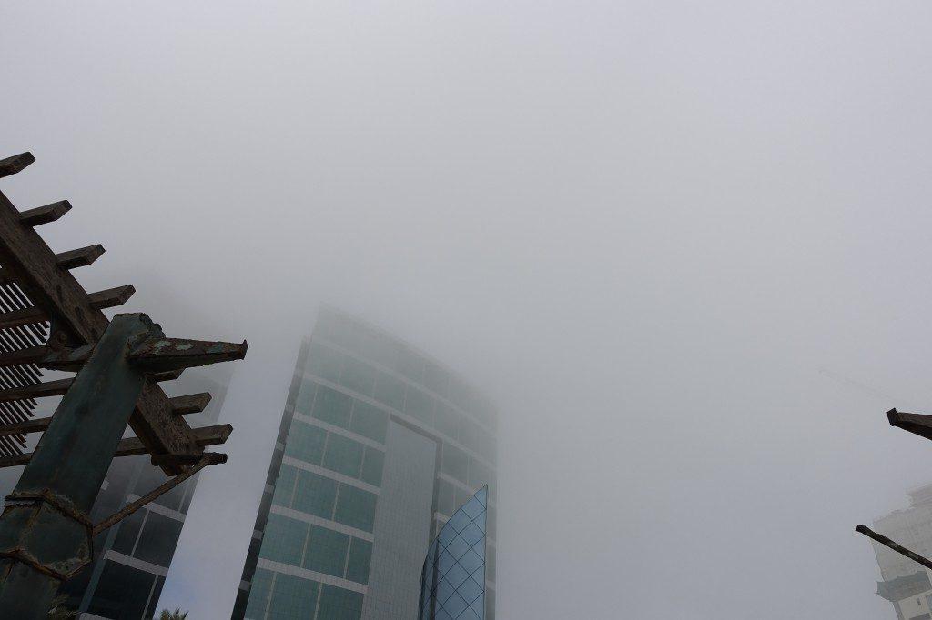 Auch wenn Smog eine naheliegende Erklärung für den Dunst ist, handelt es sich hier tatsächlich um einfachen Wasserdampf, der vom Pazifik in die Stadt zieht.