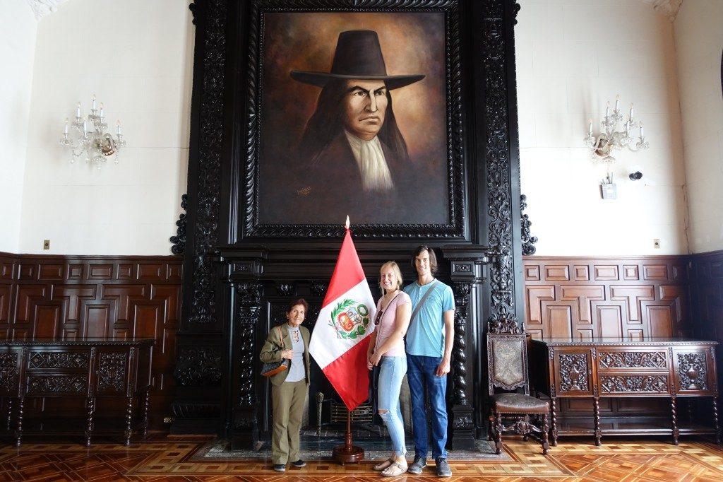 Foto-Time im Palast. Links steht Yolanda, aber wir haben keinen blassen Schimmer, wer das über uns ist :-)