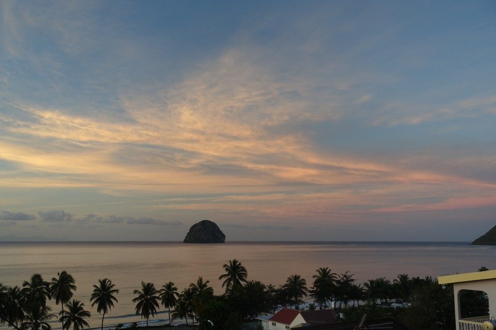 Blick von der Terrasse bei Sonnenuntergang. Der Felsen ist allerdings nicht schon die Heilige Lucia, sondern Le Rocher.