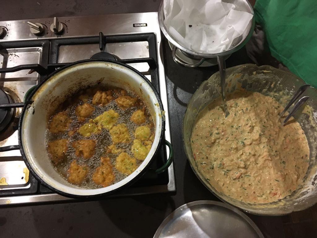 Vorspeise: Accras, eine typisch karibische Köstlichkeit. Verschiedenstes Gemüse reiben, mit etwas Mehl und Eiern vermischen, würzen und in Öl frittieren