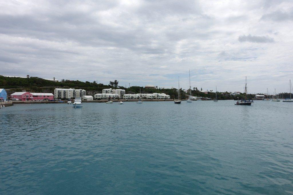 Saint Georges liegt ziemlich geschützt an einer Lagune zwischen den Inseln Bermudas