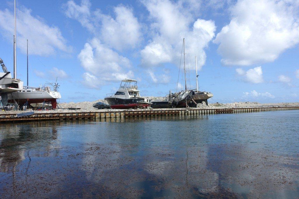 Auch auf der Werft sind noch die kleinen und größeren Schäden nach den Hurrikanes des vergangenes Herbst zu sehen